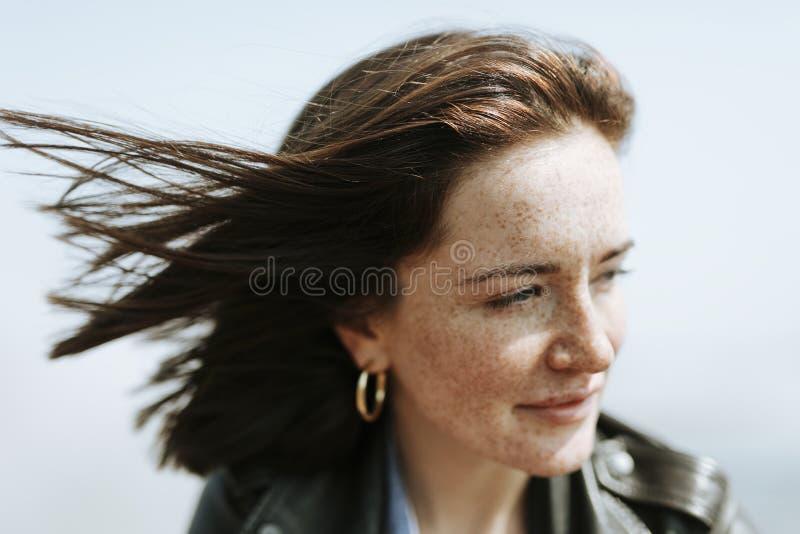 Lycklig kvinna som tycker om brisen royaltyfria bilder