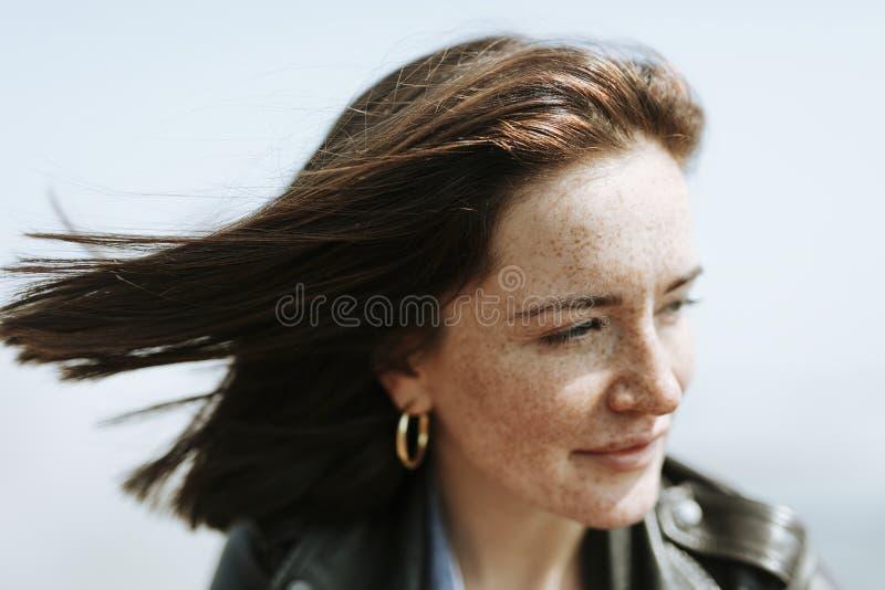 Lycklig kvinna som tycker om brisen fotografering för bildbyråer