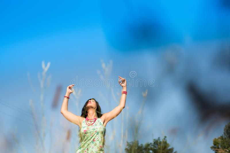 Lycklig kvinna som tycker om livet i fältet Naturskönhet, färgrikt fält, modekvinna utomhus- livsstil svart isolerad begreppsfrih arkivfoton