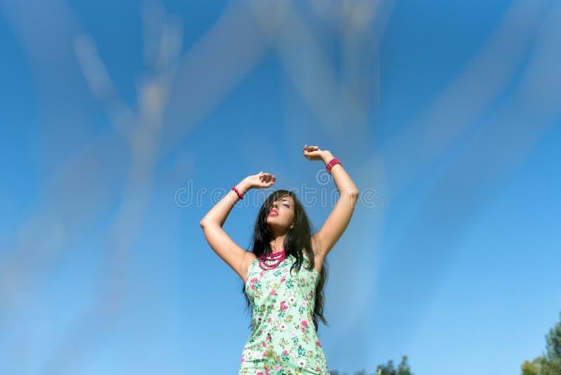 Lycklig kvinna som tycker om livet i fältet Naturskönhet, färgrikt fält, modekvinna utomhus- livsstil svart isolerad begreppsfrih royaltyfria foton