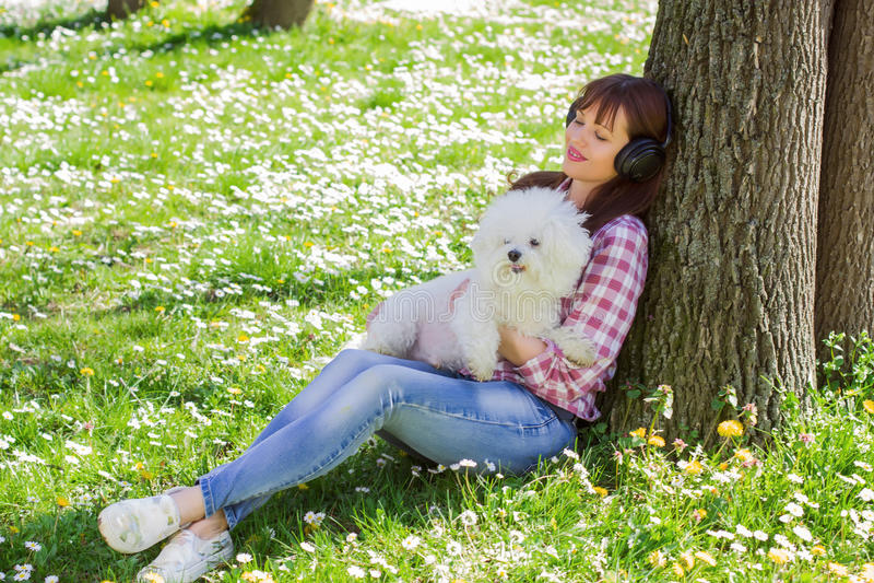 Lycklig kvinna som tycker om naturen med hennes hund arkivbilder