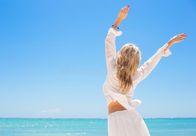 Lycklig kvinna som tycker om varm sommardag royaltyfri fotografi