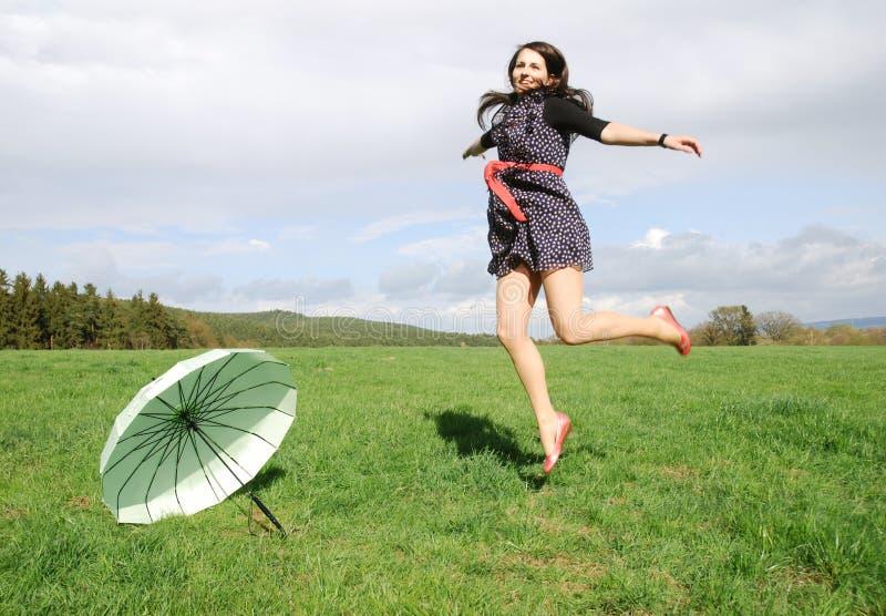 Lycklig kvinna utomhus fotografering för bildbyråer