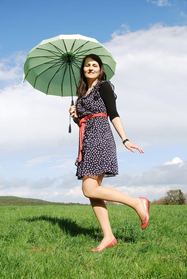 Lycklig kvinna utomhus royaltyfri bild
