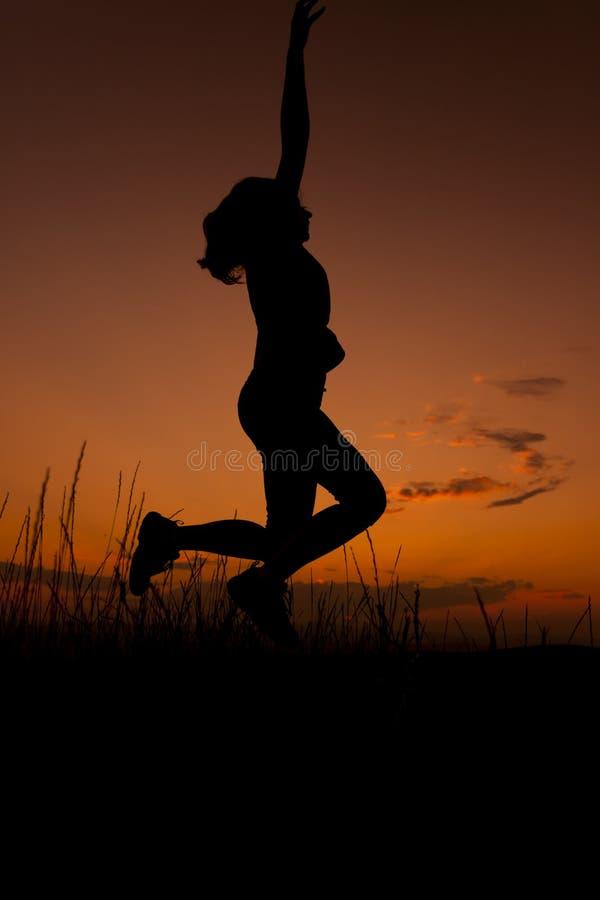 Lycklig kvinnabanhoppningkontur royaltyfri bild