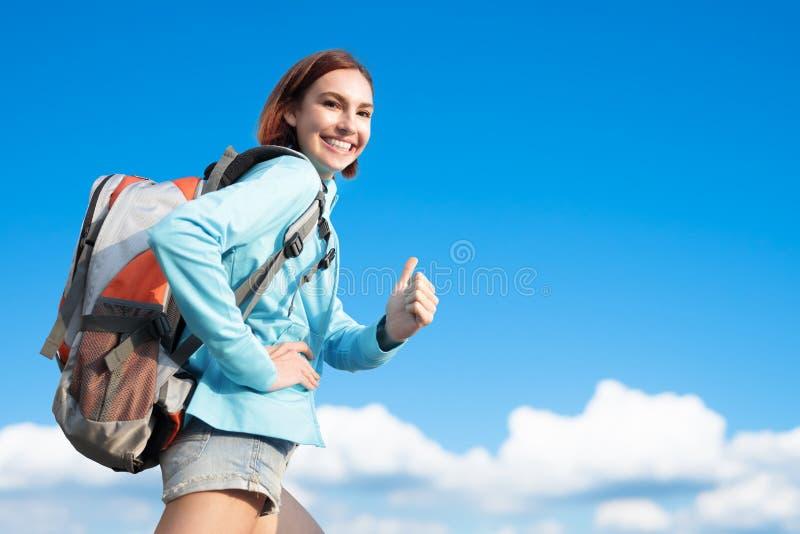 Lycklig kvinnabergfotvandrare royaltyfri fotografi