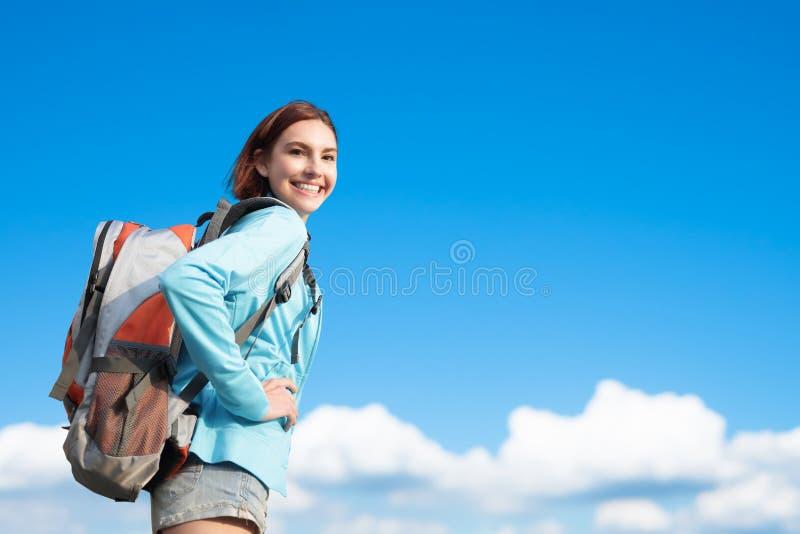 Lycklig kvinnabergfotvandrare arkivbilder