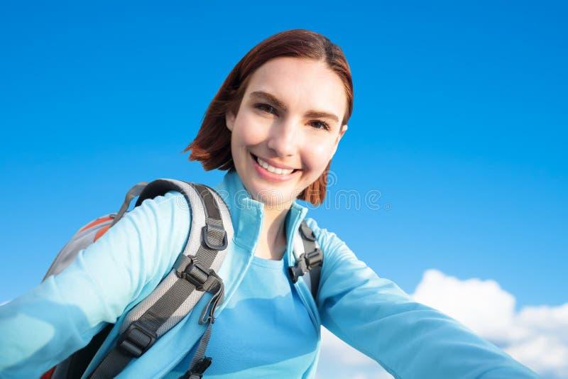Lycklig kvinnabergfotvandrare arkivbild