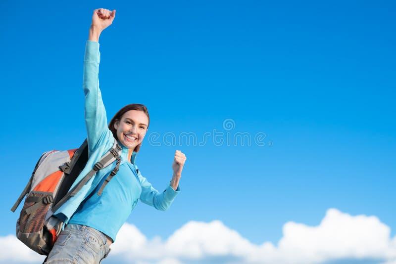 Lycklig kvinnabergfotvandrare fotografering för bildbyråer