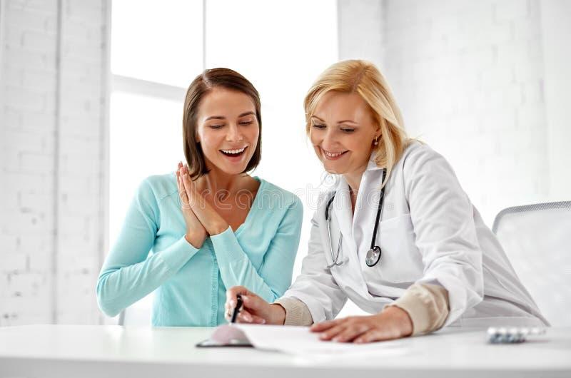 Lycklig kvinnapatient för doktor på sjukhuset royaltyfria bilder