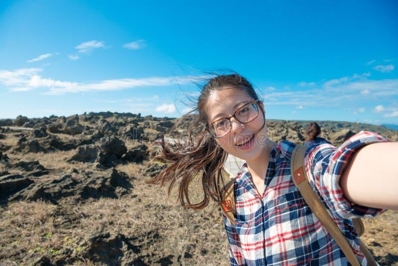 Lycklig kvinnaturist som går till loppet för öland arkivfoto