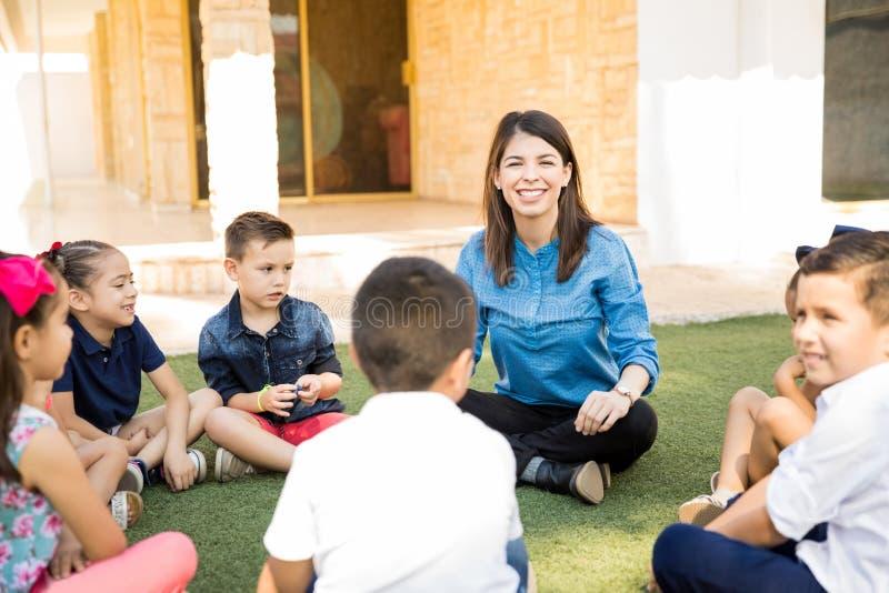 Lycklig kvinnaundervisning utomhus royaltyfri fotografi