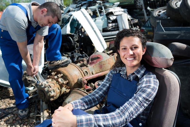 Lycklig kvinnlig arbetare p? bilrest royaltyfria foton