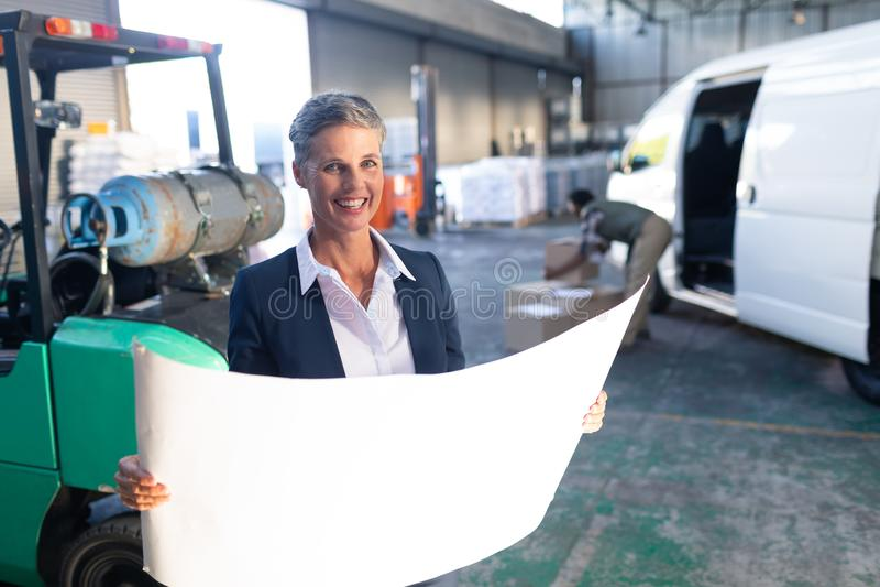 Lycklig kvinnlig chef som ser ritningen i lager royaltyfri bild