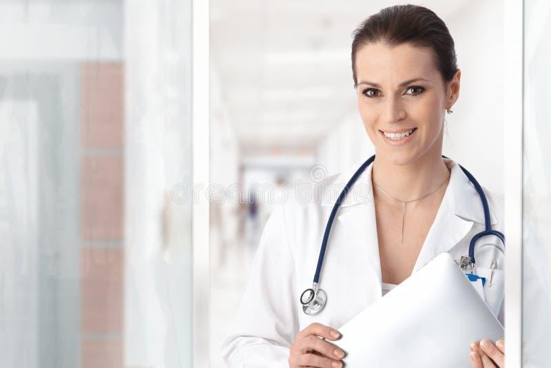 Lycklig kvinnlig doktor arkivfoton