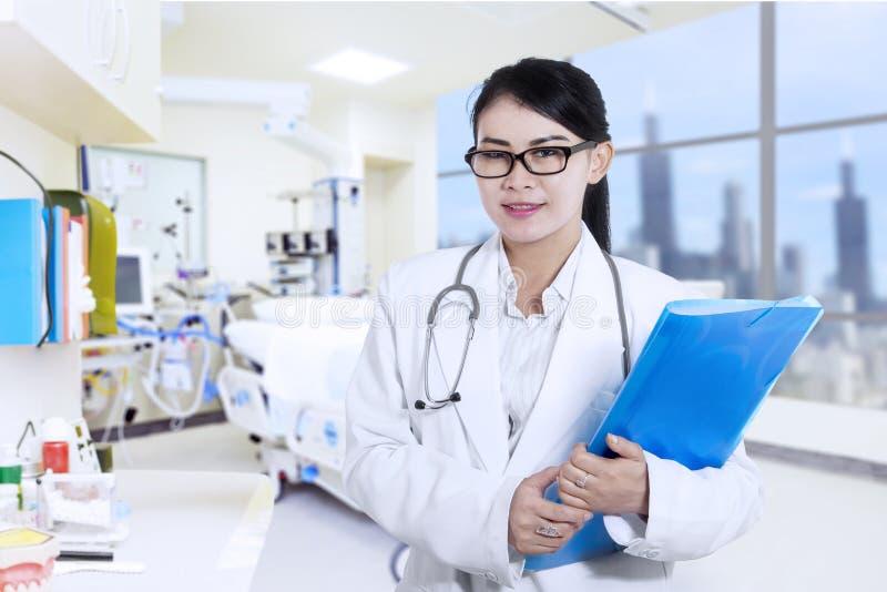 Lycklig kvinnlig doktor på sjukhuset