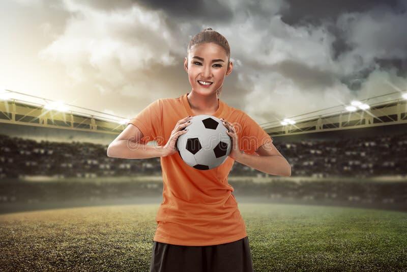 Lycklig kvinnlig fotbollsfaninnehavboll arkivbilder