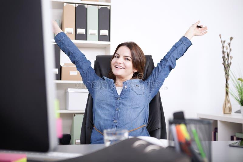 Lycklig kvinnlig ledare som sträcker henne armar arkivfoton