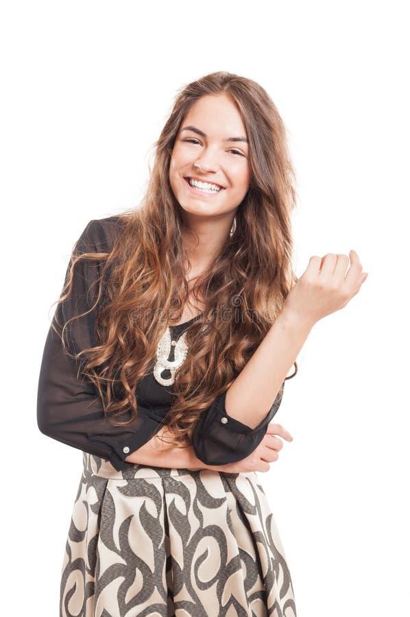 Lycklig kvinnlig modell med härligt och naturligt långt le för hår royaltyfri foto