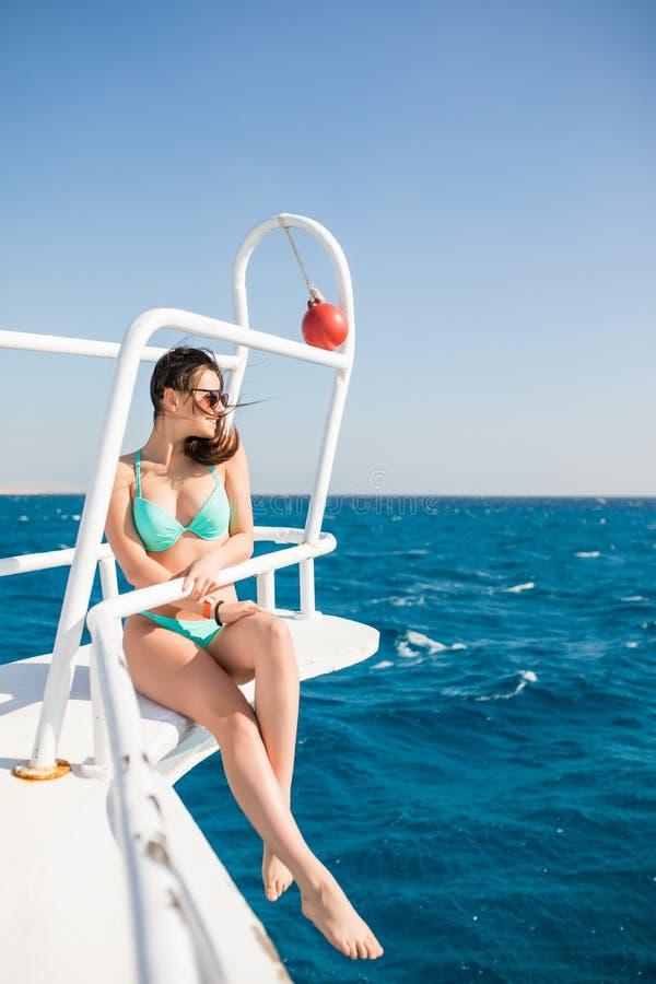 Lycklig kvinnlig seglingturist och att ha gyckel på yachten, sommartidseglingsemester, härlig kvinna som är utomhus- på segelbåte arkivfoton