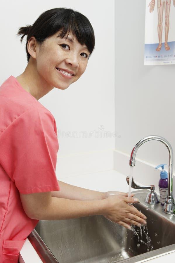 Lycklig kvinnlig sjuksköterska Washing Hands arkivfoto