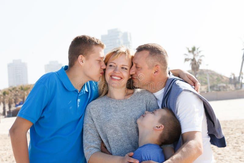 lycklig kyss för familj royaltyfri fotografi