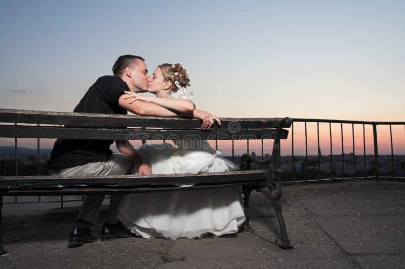 lycklig kyss för par arkivfoto