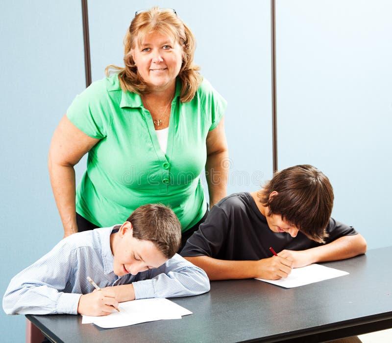 Lycklig lärare med studenter arkivbilder
