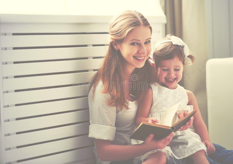 Lycklig läsebok för liten flicka för familjmoderbarn arkivbild
