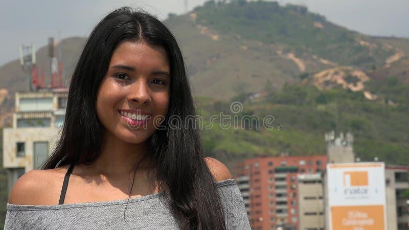 Lycklig Latina tonårig flicka royaltyfri fotografi