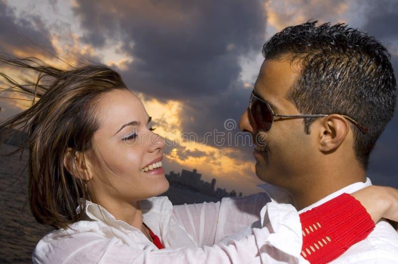 lycklig latinamerikan för par royaltyfria bilder
