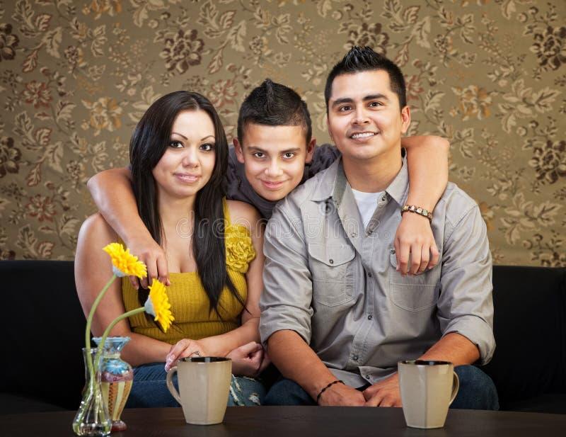 Lycklig latinamerikansk familj arkivbild
