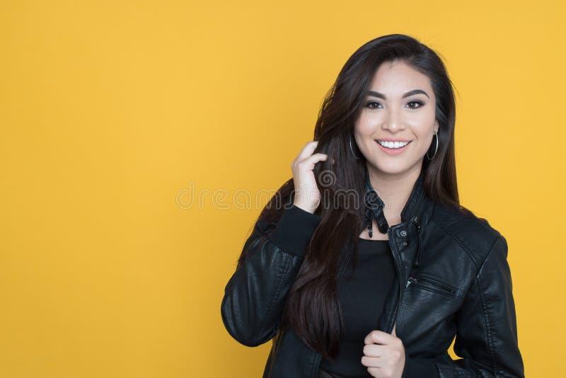 lycklig latinamerikansk kvinna arkivfoton
