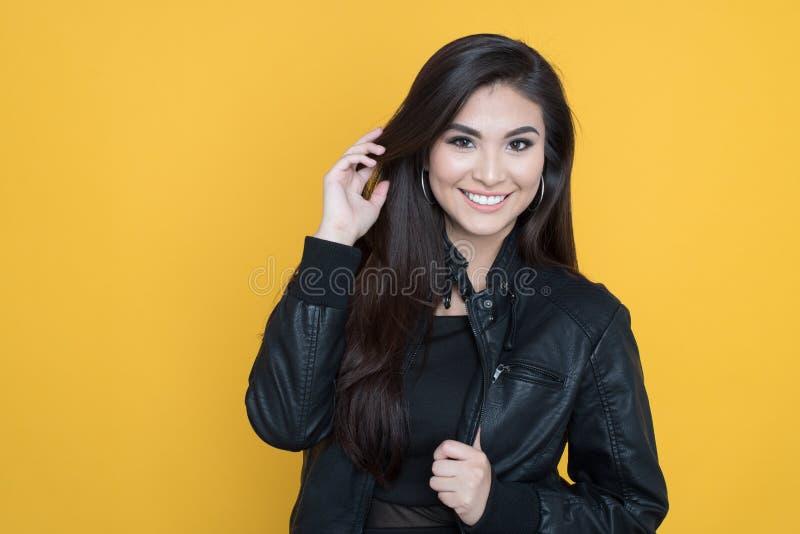 lycklig latinamerikansk kvinna royaltyfria foton