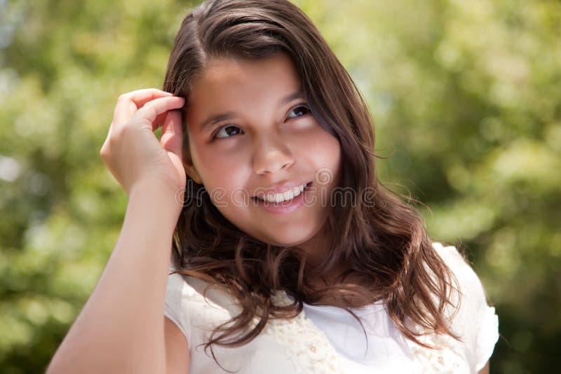 lycklig latinamerikansk park för gullig flicka royaltyfri bild