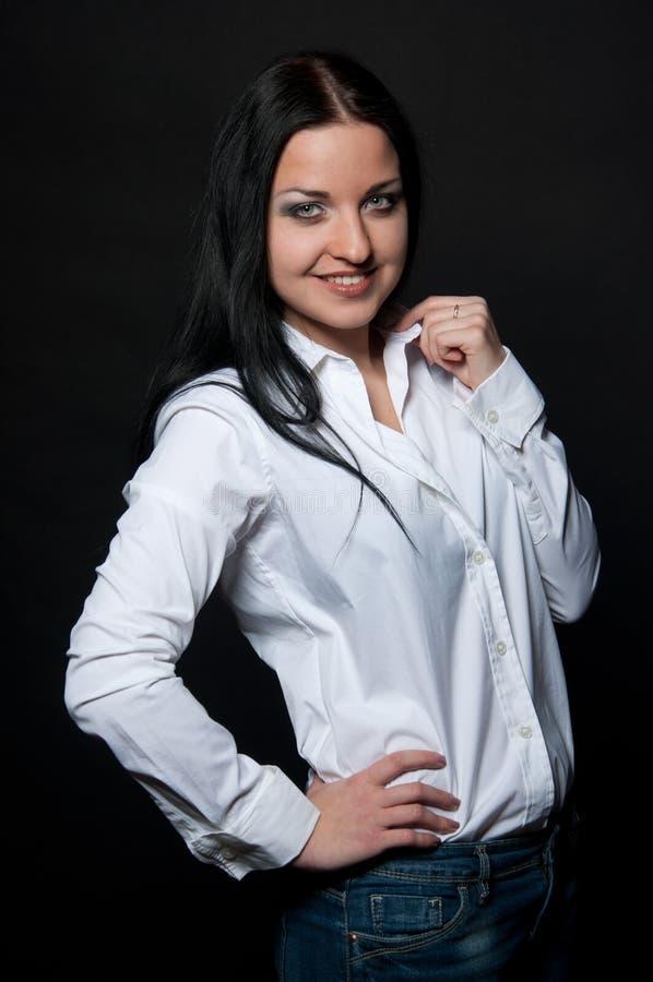 Lycklig le affärskvinna på svart royaltyfri foto