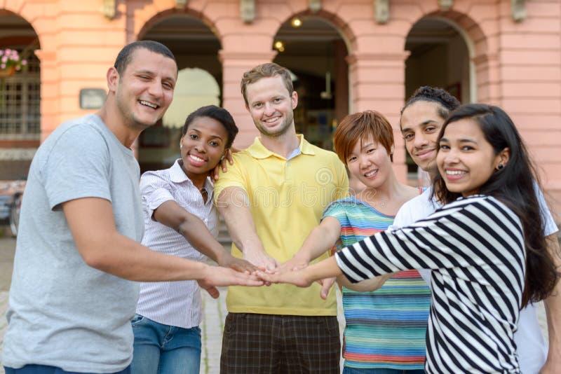Lycklig le blandras- grupp av unga vänner arkivbild