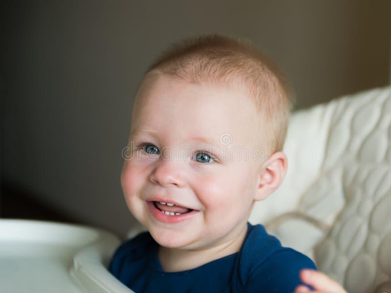 Lycklig le closeup för litet barnpojkestående H?rligt barn barndom stående, behandla som ett barn psykologi, ungeutbildning royaltyfri foto