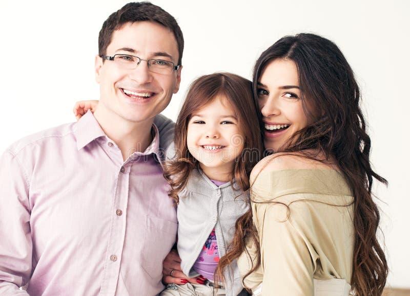Lycklig le familj arkivfoton