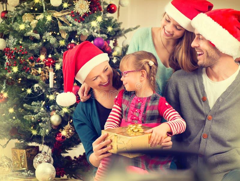 Lycklig le familj som firar jul arkivbild