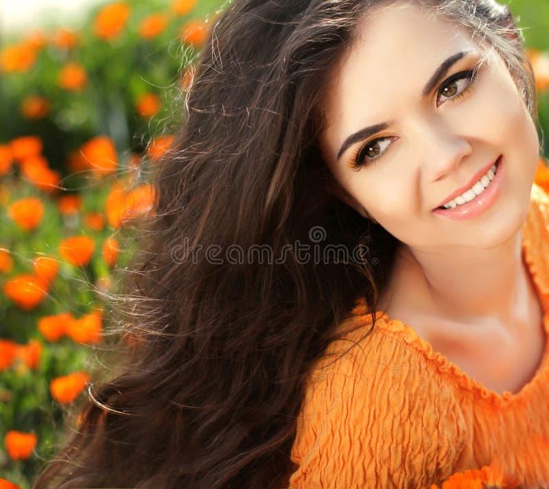 Lycklig le flicka. Härlig brunettflicka. Sunt långt hår. royaltyfria bilder