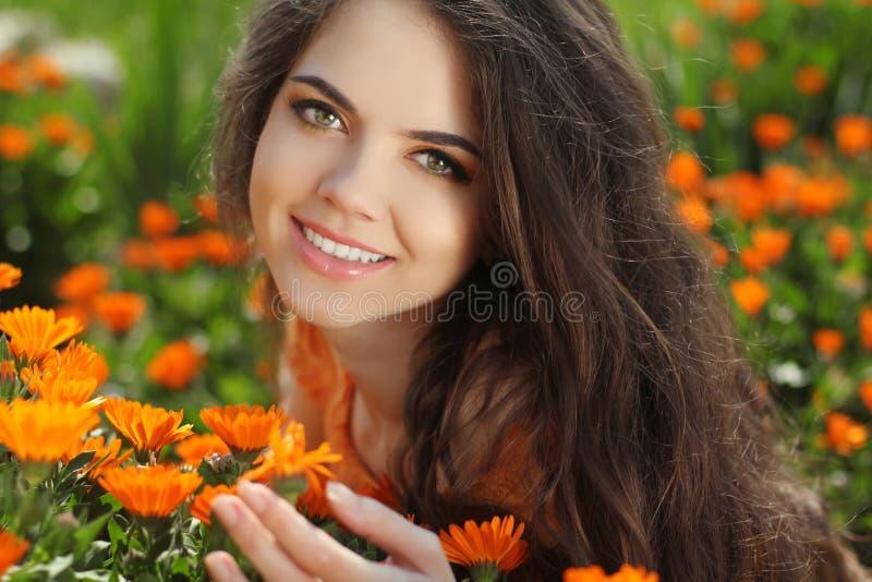 Lycklig le flicka. Härlig romantisk brunettkvinnlig utomhus royaltyfria bilder