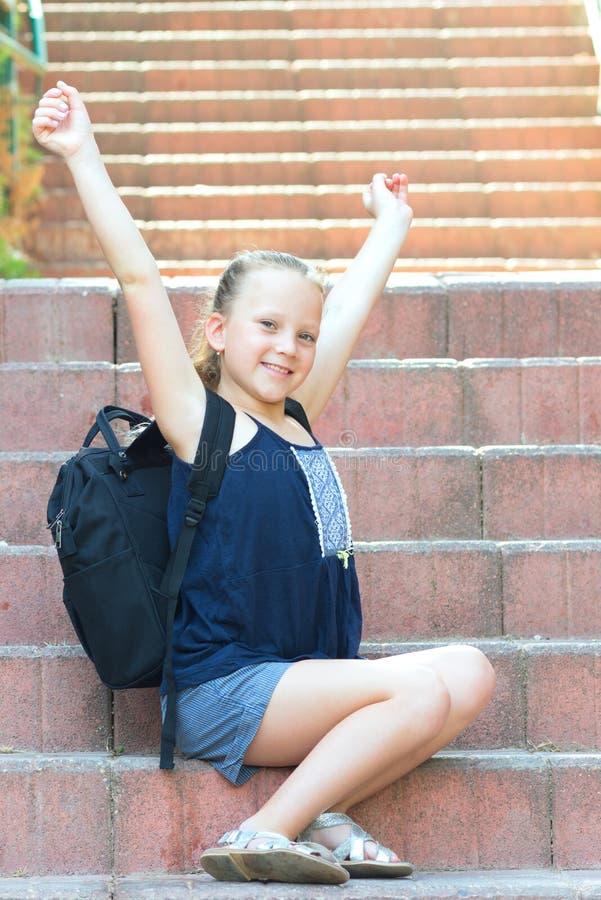 Lycklig le flicka tillbaka till skola royaltyfri bild