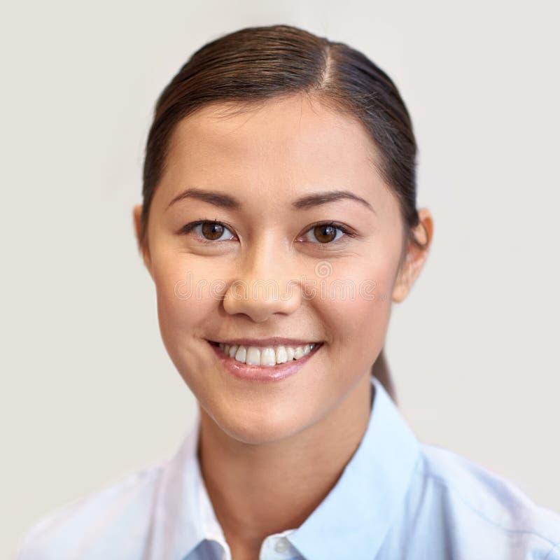 Lycklig le framsida eller stående för ung kvinna arkivfoto