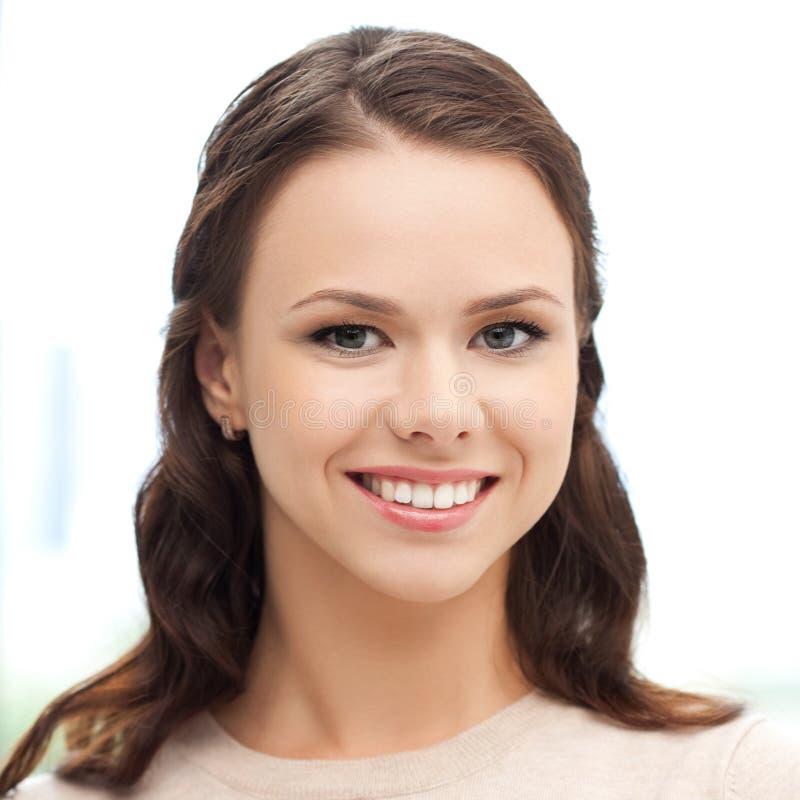 Lycklig le framsida eller stående för ung kvinna fotografering för bildbyråer