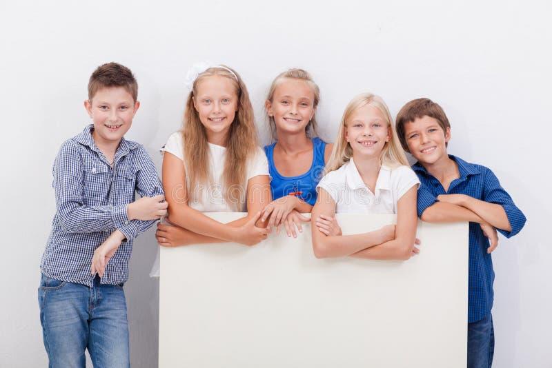 Lycklig le grupp av ungar, pojkar och flickor fotografering för bildbyråer