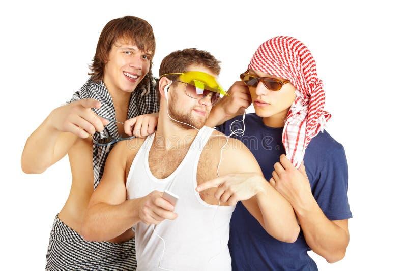 Lycklig le grupp i strandkläder arkivfoto