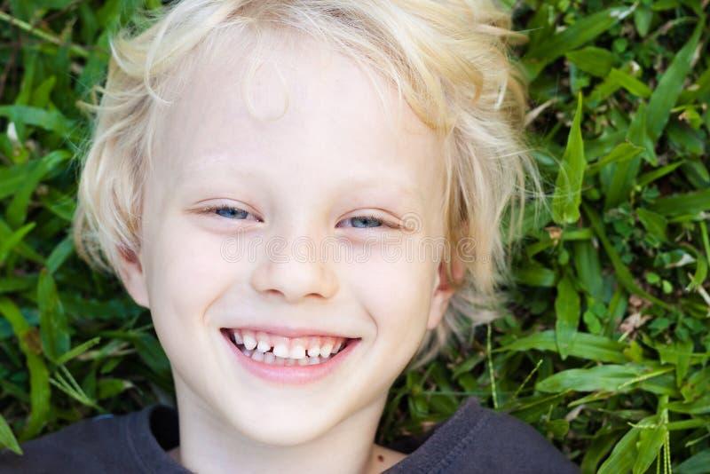 Lycklig le gullig pojke arkivbild