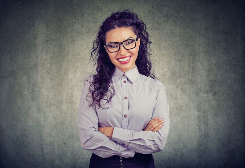 Lycklig le härlig affärskvinna royaltyfri bild