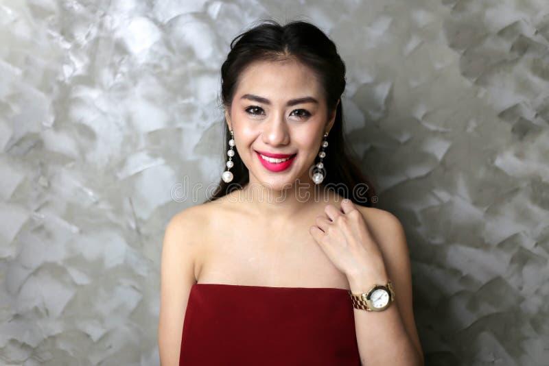 Lycklig le härlig ung sexig kvinna i röd partiklänning fotografering för bildbyråer